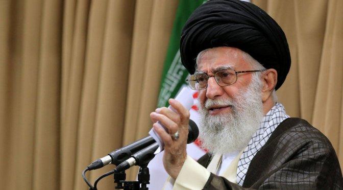 El líder supremo de Irán critica a los 'payasos estadounidenses' mientras dirige las oraciones de los viernes por primera vez en 8 años.