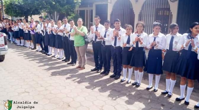 ESTUDIANTES RECIBEN A MAESTROS EN JUIGALPA, CH.