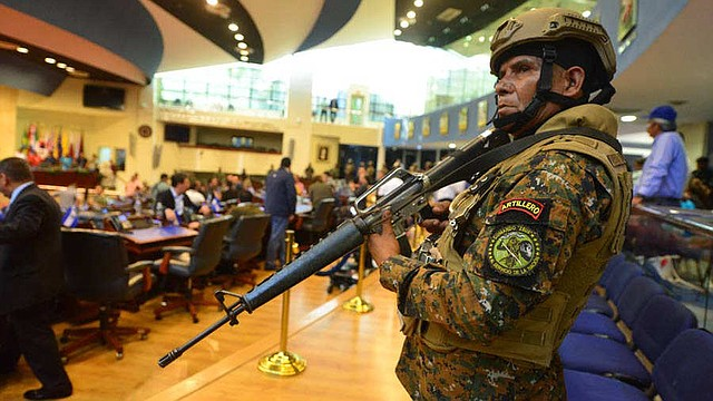 Bukele se enfrenta al Parlamento de El Salvador y genera una crisis constitucional.