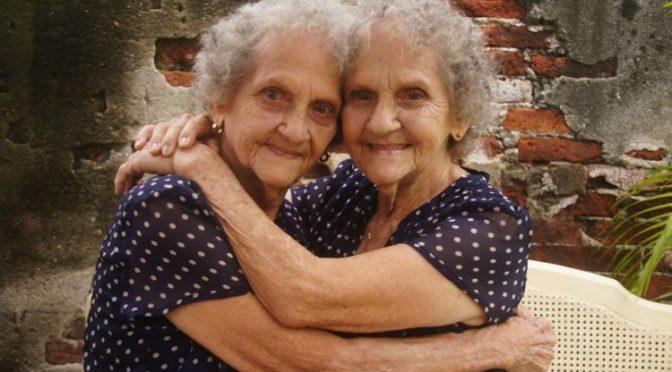Se vuelven virales las fotos de estas abuelitas gemelas cubanas de 94 años.