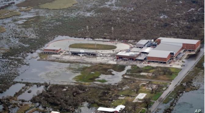 Zonas impactadas por huracán Laura podrían quedar semanas sin electricidad ni agua