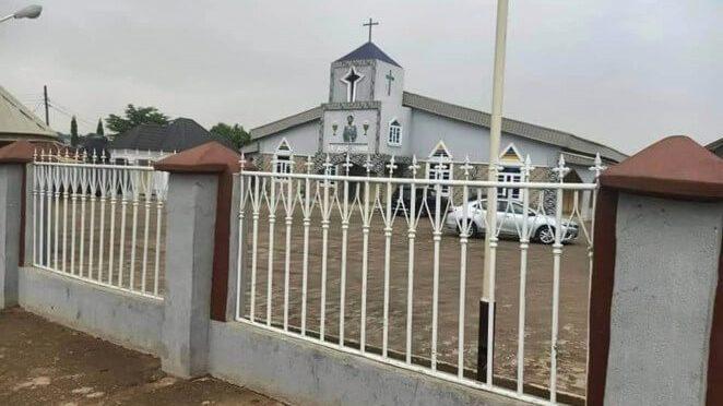 Ladrones piden perdón a Dios mientras robaban en una iglesia.