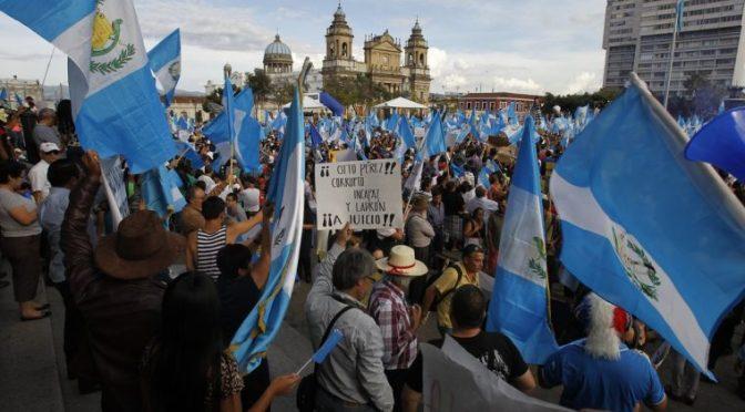 Segundo día de protestas en Guatemala: manifestantes vuelven a la plaza.