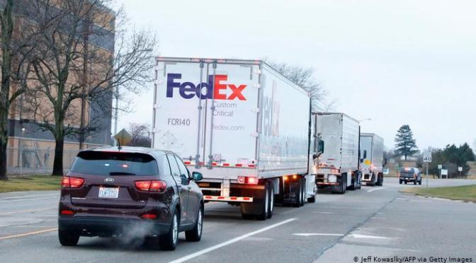 Primeros camiones con vacunas de Pfizer parten hacia los 50 estados de EEUU.