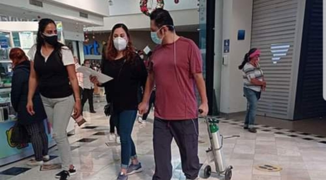 Causa polémica en redes foto de hombre con tanque de oxígeno en centro comercial.