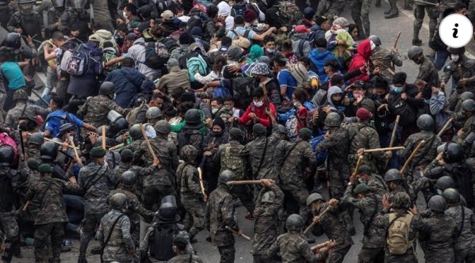 Policía de Guatemala utiliza gas lacrimógeno para hacer retroceder a caravana hondureña.