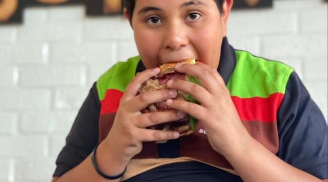Niño cajero del Oxxo aparece en comercial de Burger King.