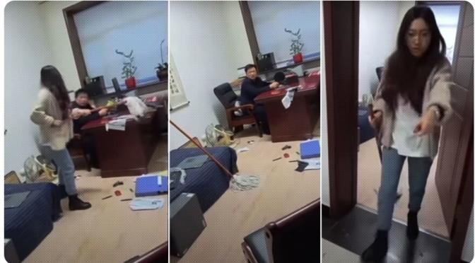 Una mujer golpea con un trapeador a su jefe por haberla acosado sexualmente.