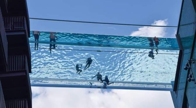 """Londinenses se refrescan en """"piscina en el cielo"""""""