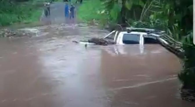 Camioneta es arrastrada por las corrientes de una quebrada en Chontales.