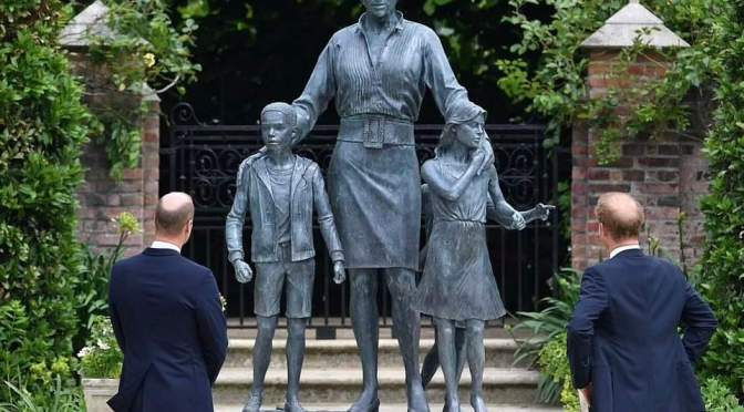 El Príncipe William y el Príncipe Harry se reúnen para develar una estatua de la Princesa Diana.