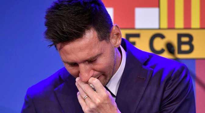 """Ponen a la venta el """"pañuelo con mocos"""" que Messi uso en su despedida del Barcelona"""